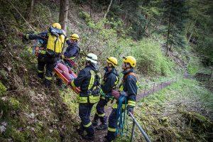Einsatz der Schleifkorbtrage zur Rettung einer Person aus einem Steilhang - Hier bei einer Übung der Absturzsicherungsgruppe in Neuerburg